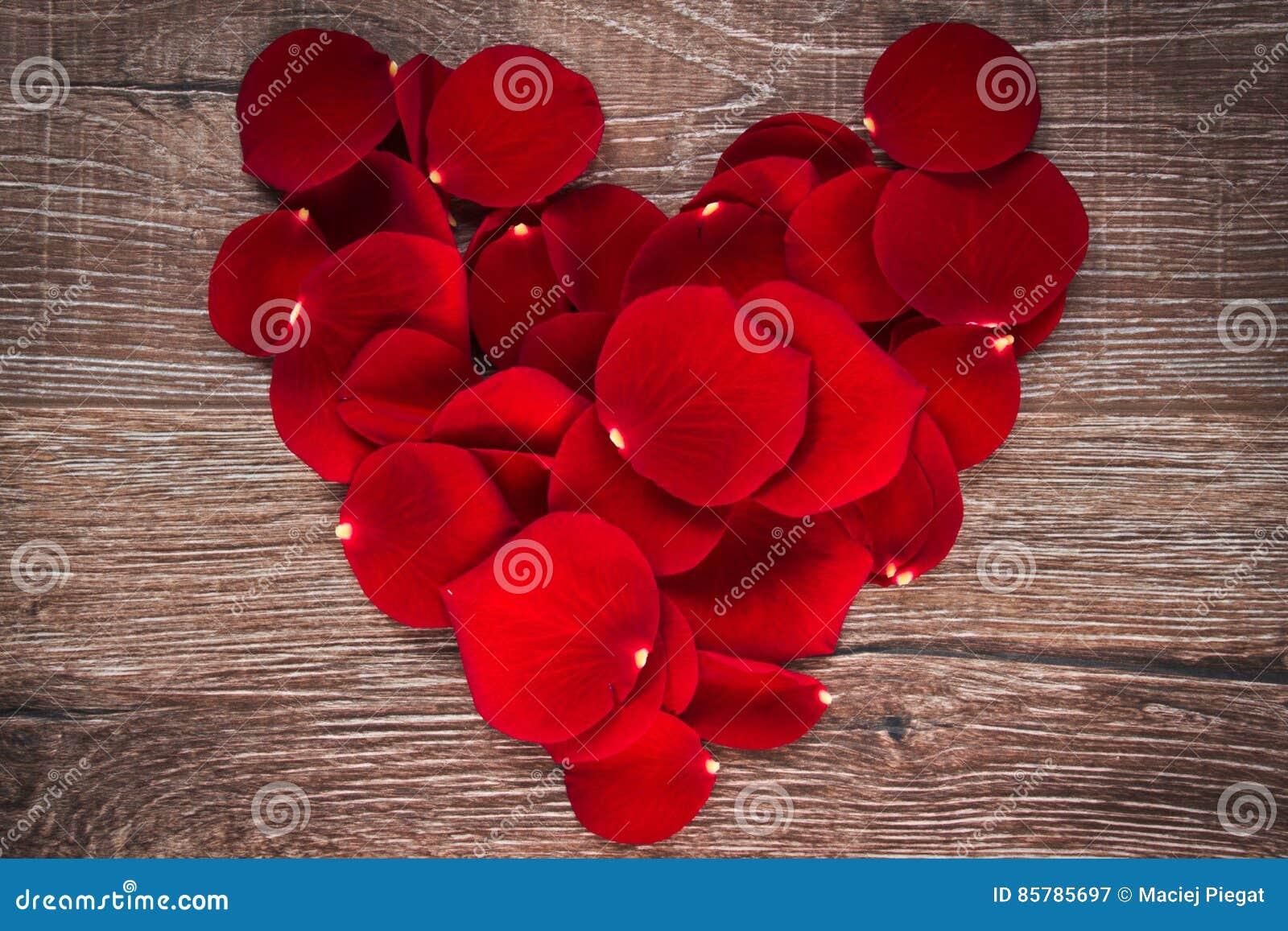 Nam bloemblaadjes in vorm van hart toe