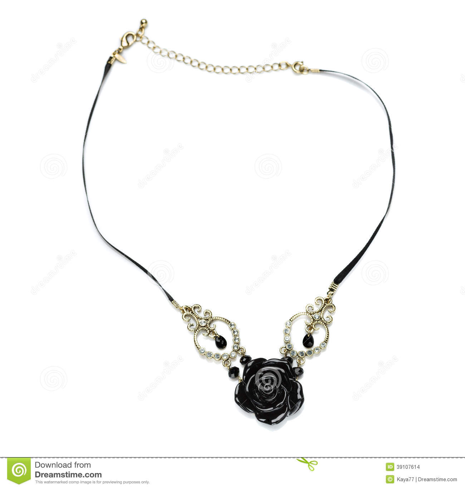 Nam de halsband zwarte steen toe.