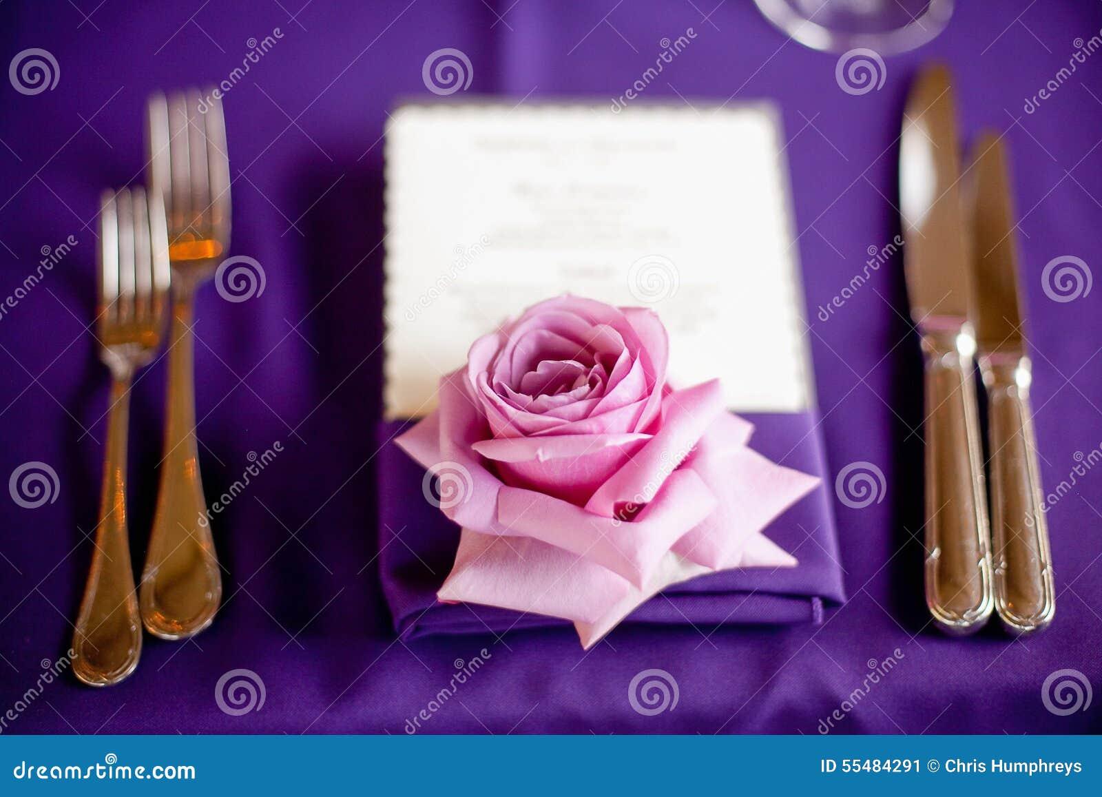 Nam op een lijst toe bij een buitensporig diner