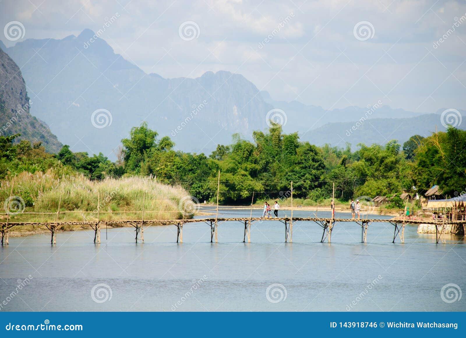 Nam Pieśniowa rzeka przy Vang Vieng, Laos