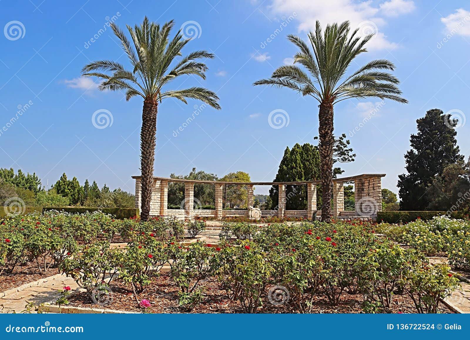 Nam tuin, palmen en zonklok, Park Ramat Hanadiv, Israël toe
