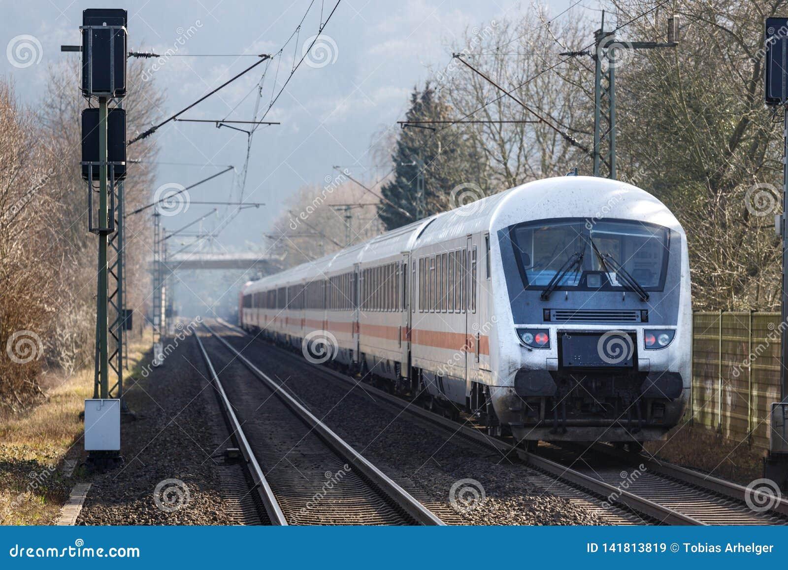 Namedy, Renania/Alemania - 17 02 19: tren del ic del Deutsche Bahn cerca de Alemania namedy