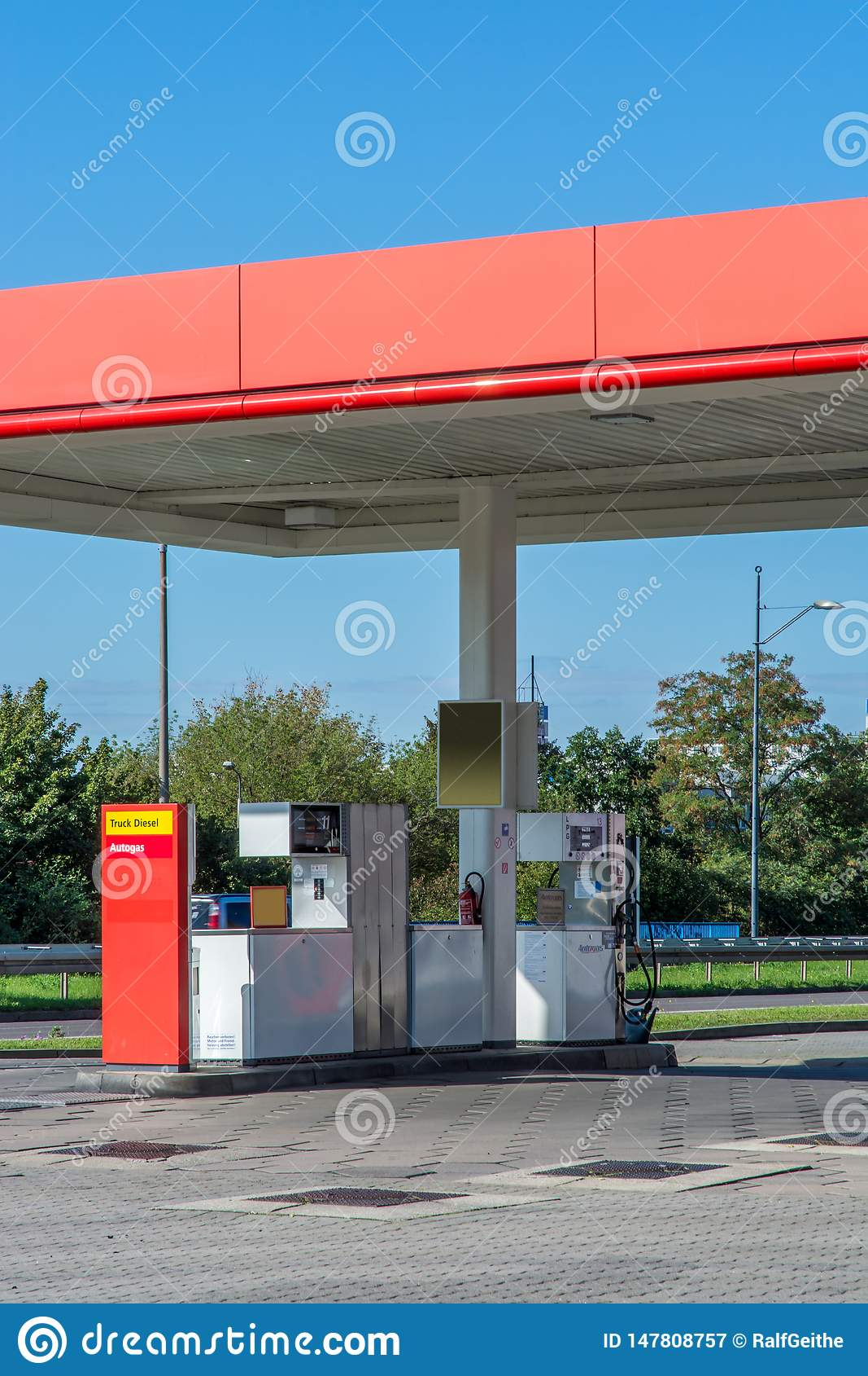 Namenlose private Tankstelle gesehen von einer öffentlichen Straße