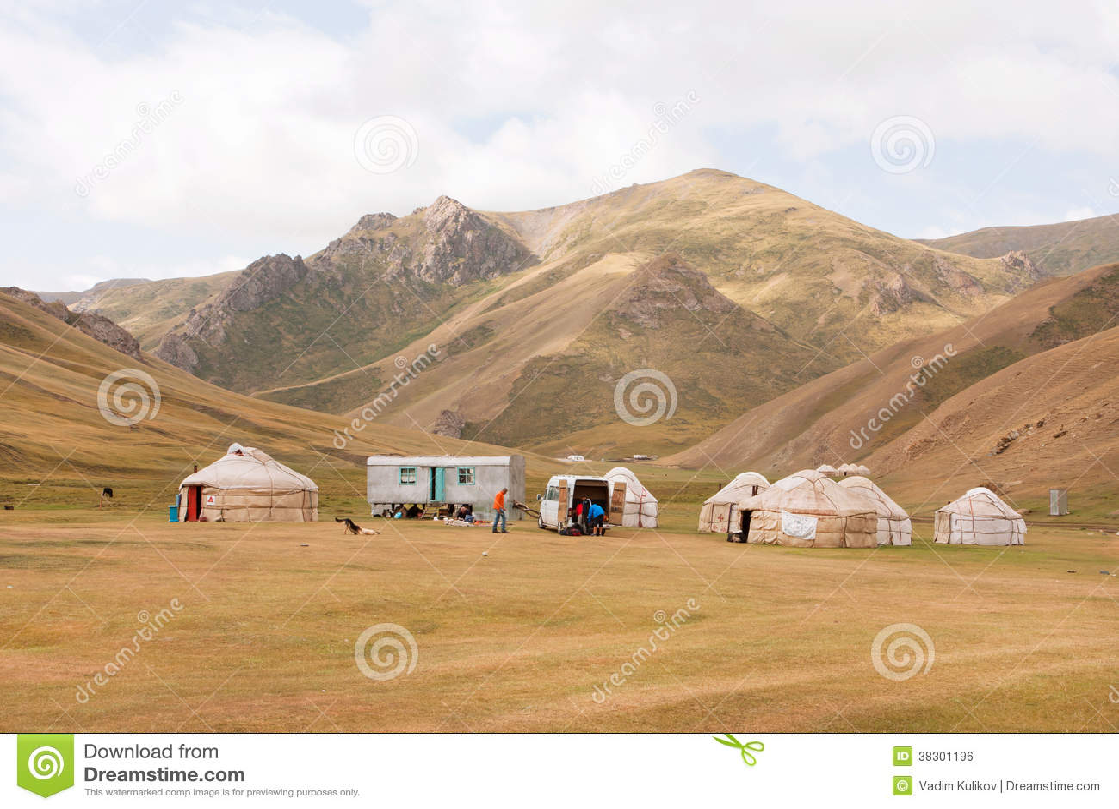 Namiotu obóz z stwarza ognisko domowe lokalni koczowniczy azjatykci ludzie w pięknej halnej dolinie