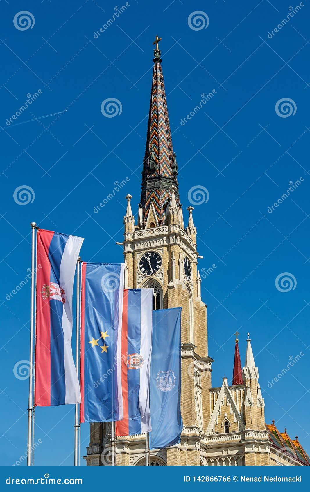 Namnet av Mary Church som är romerskt - katolsk församlingkyrka i Novi Sad, Serbien Flaggor av Serbien, Vojvodina och Novi Sad