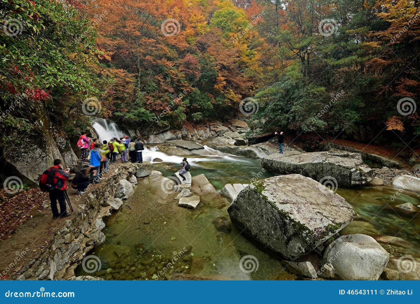 Nanjiang Chiny strumień w Guangwu moutain w jesieni