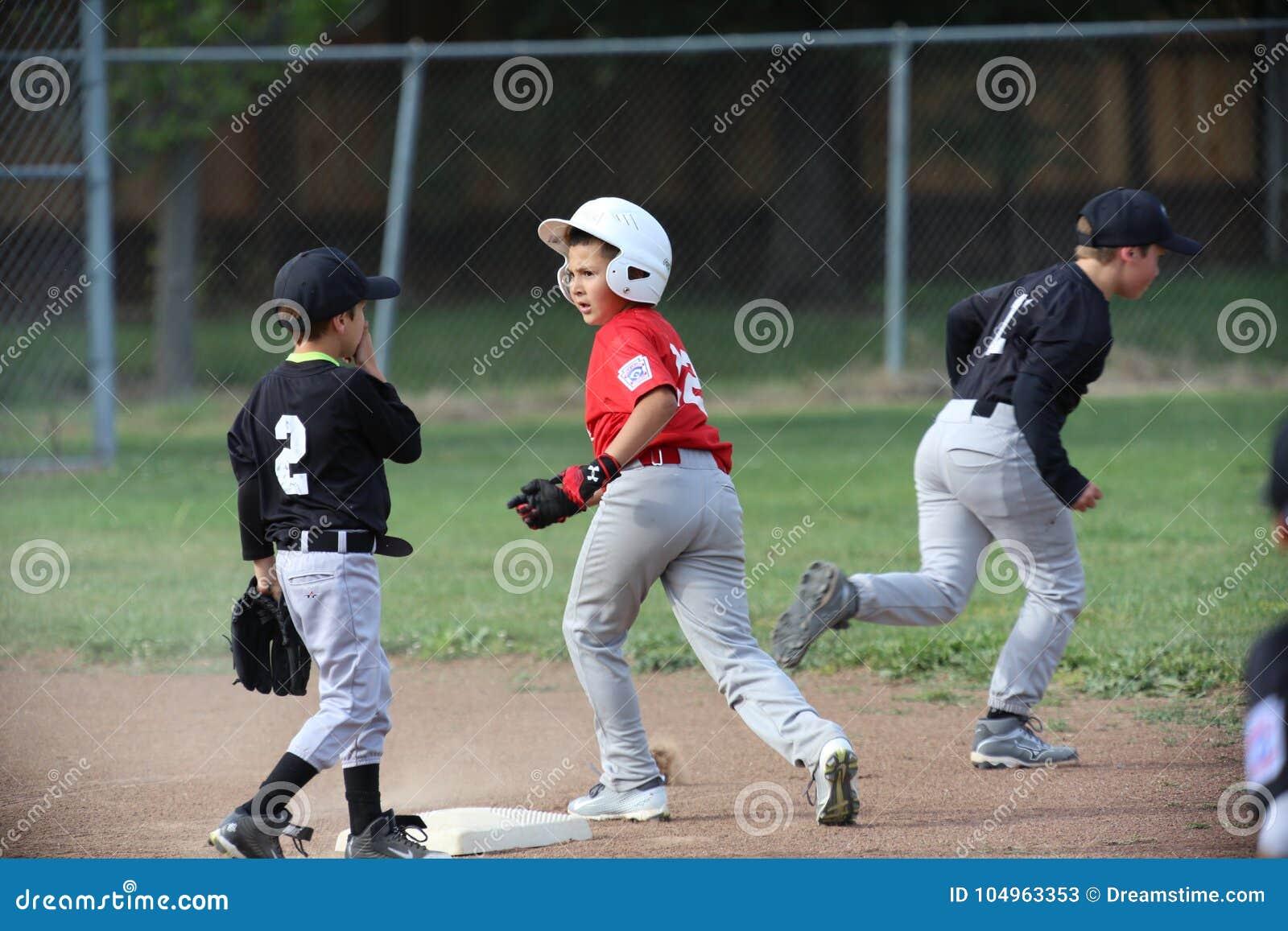 Napa barnserien i basebollbaseball och pojken är drivande