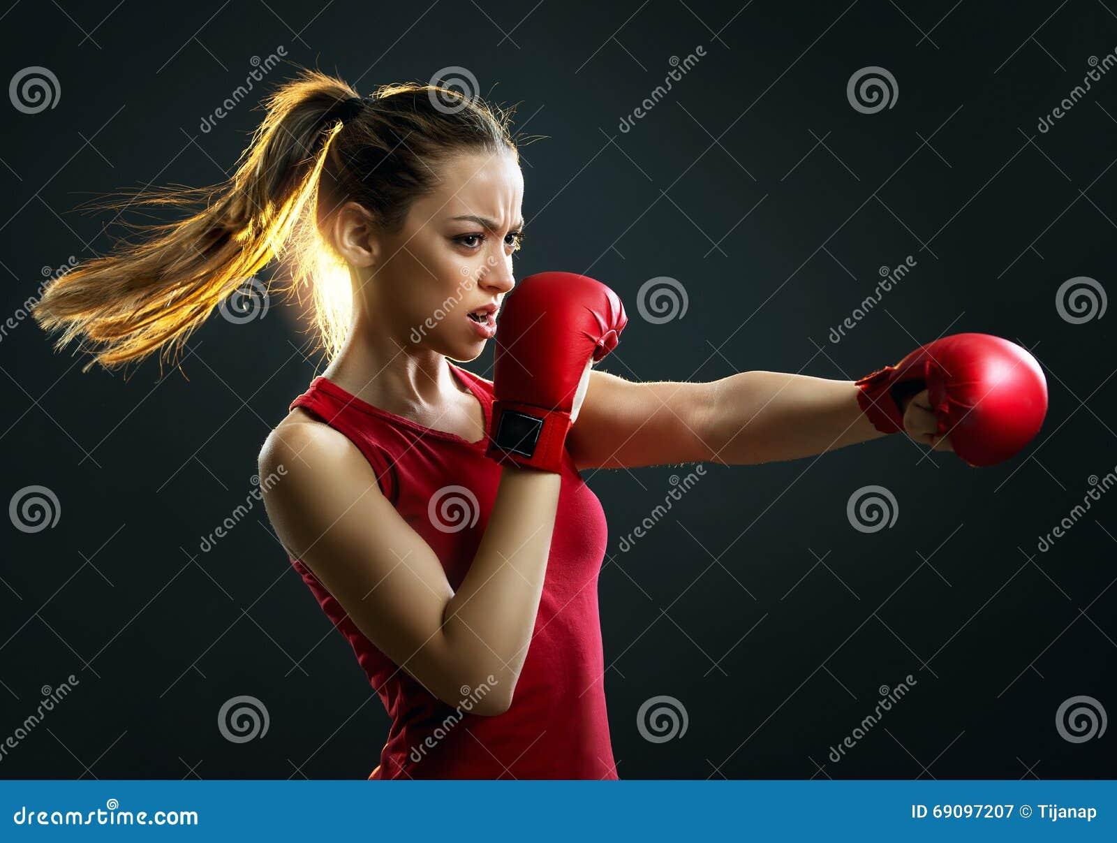 Napad, potomstwa, energiczny kobieta boks, czarny tło