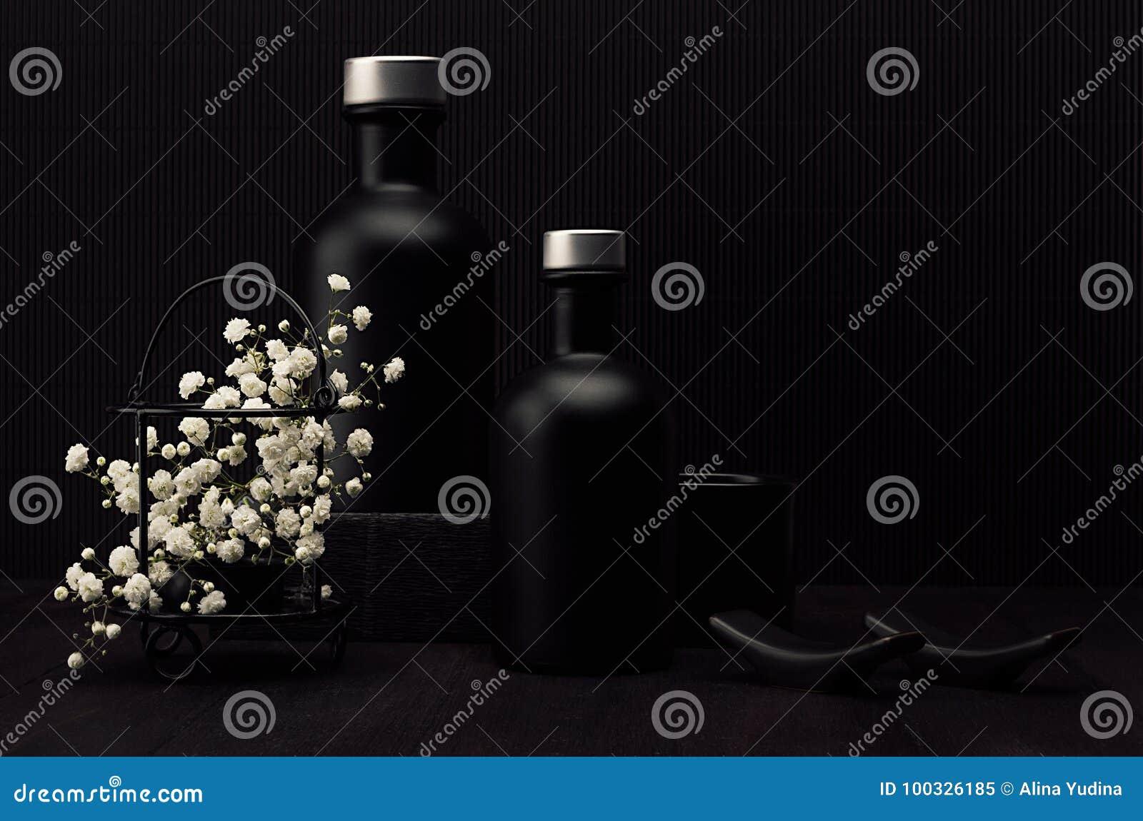 Napadać na kogoś piwnego szkło z złotym iskrzastym lager na ciemnej drewno desce, pionowo Szablon dla reklamować, projekt, oznaku
