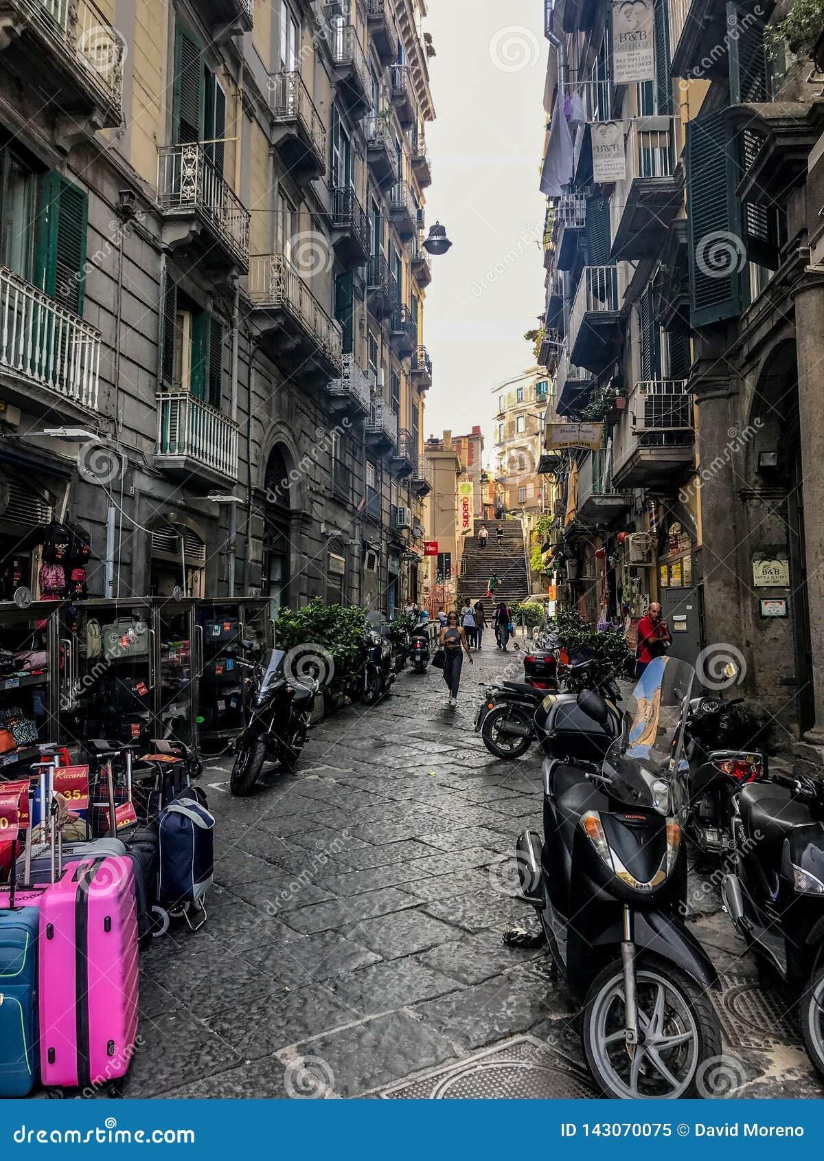Napels, Italië - September 4 - 2018: Weergeven van straat lyfe en slechte huizen in Napels