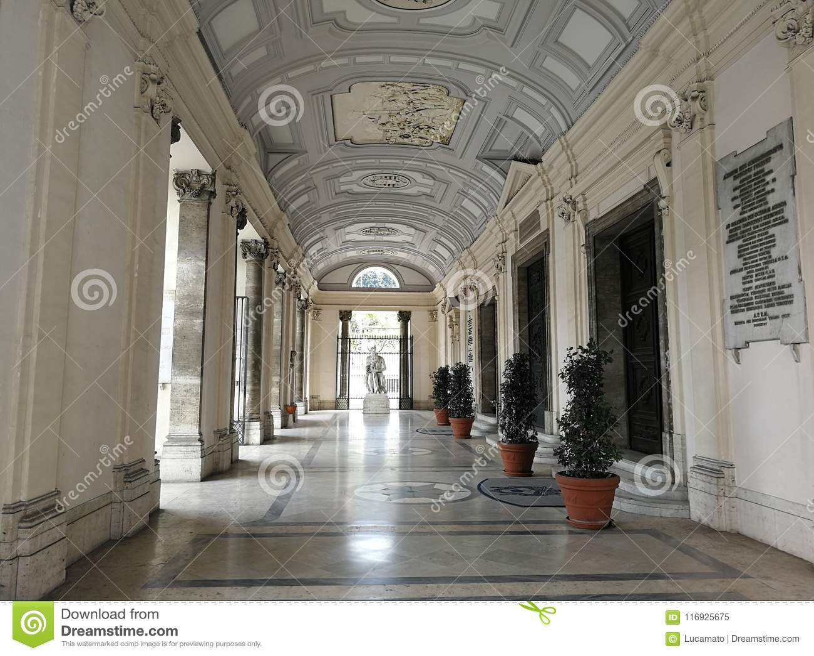 Naples - farstubro av den Incoronata basilikan