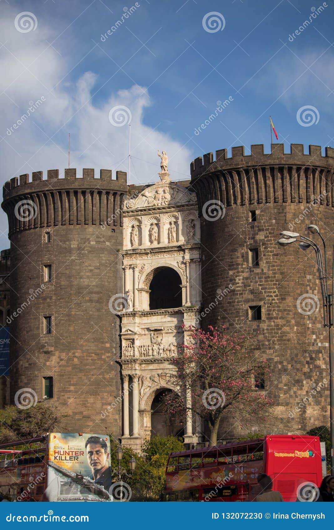 NAPLES, ITALIE - 4 novembre 2018 Castel Nuovo New Castle mieux connu comme Maschio Angioino Angevin gardent et les autobus de tou