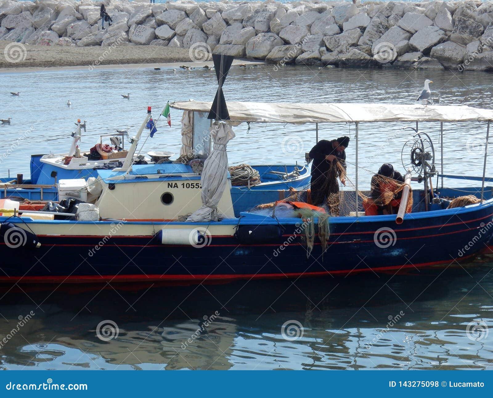 Naples - rybacy przy Mergellina plażą
