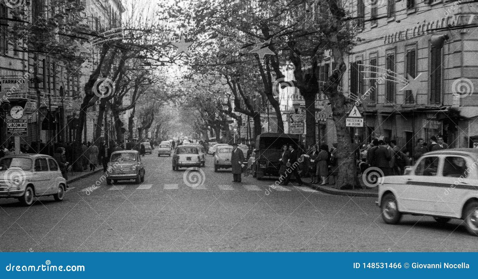 Naples, Włochy, 1959 - ludzie i samochód podróż przez Scarlatti podczas Bożenarodzeniowych wakacji