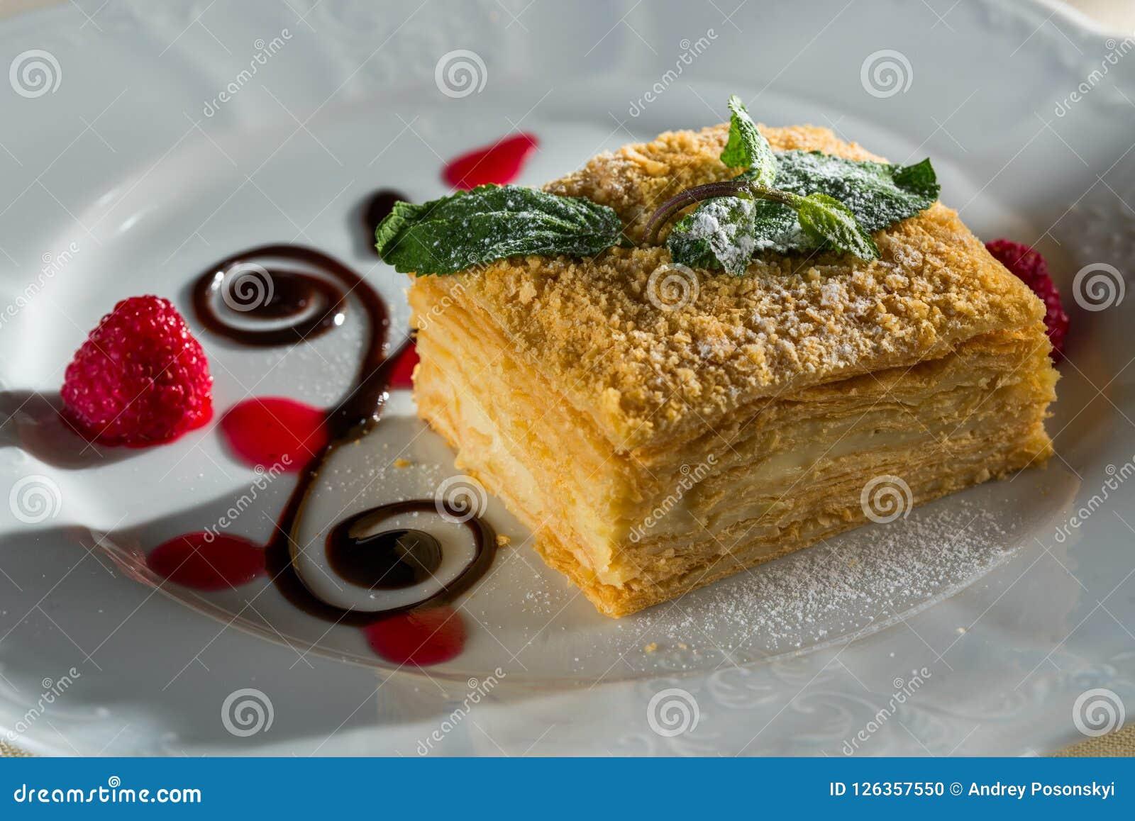Napoleon Blatterteig Kuchen Mit Einem Sahnigen Auffullen Stockfoto