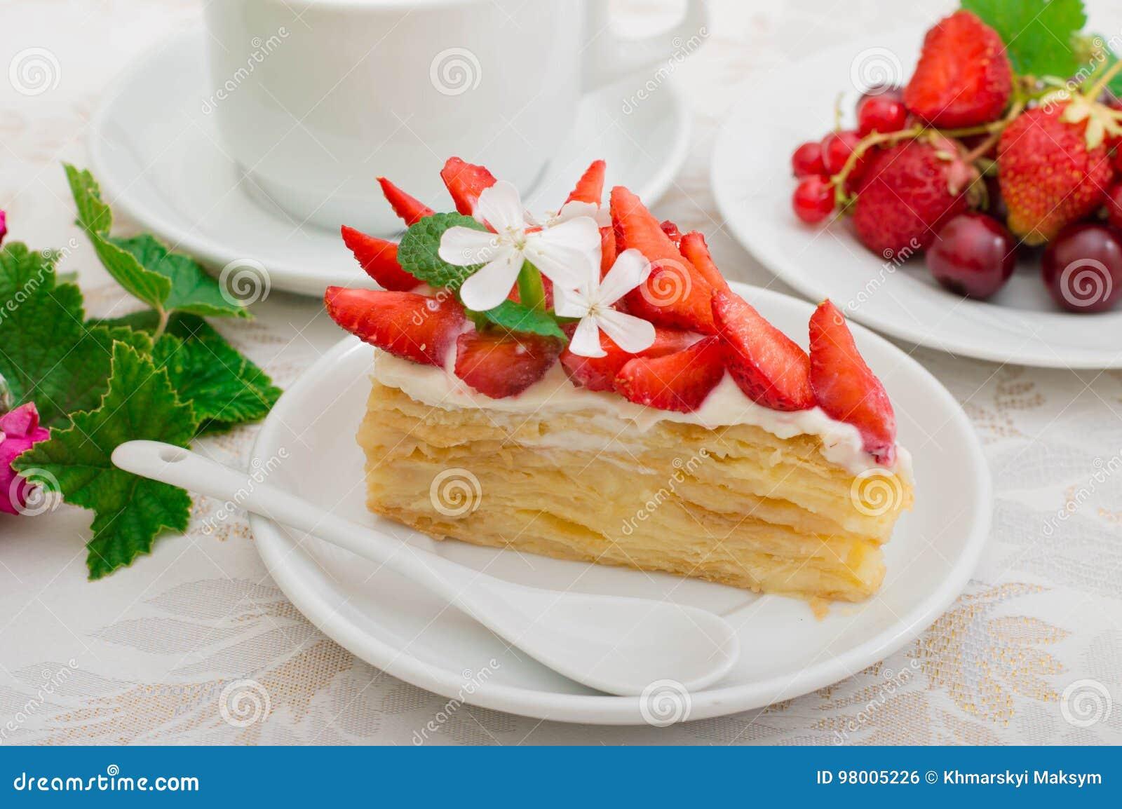 Napoleoncake met aardbeien Houten achtergrond Close-up Hoogste mening