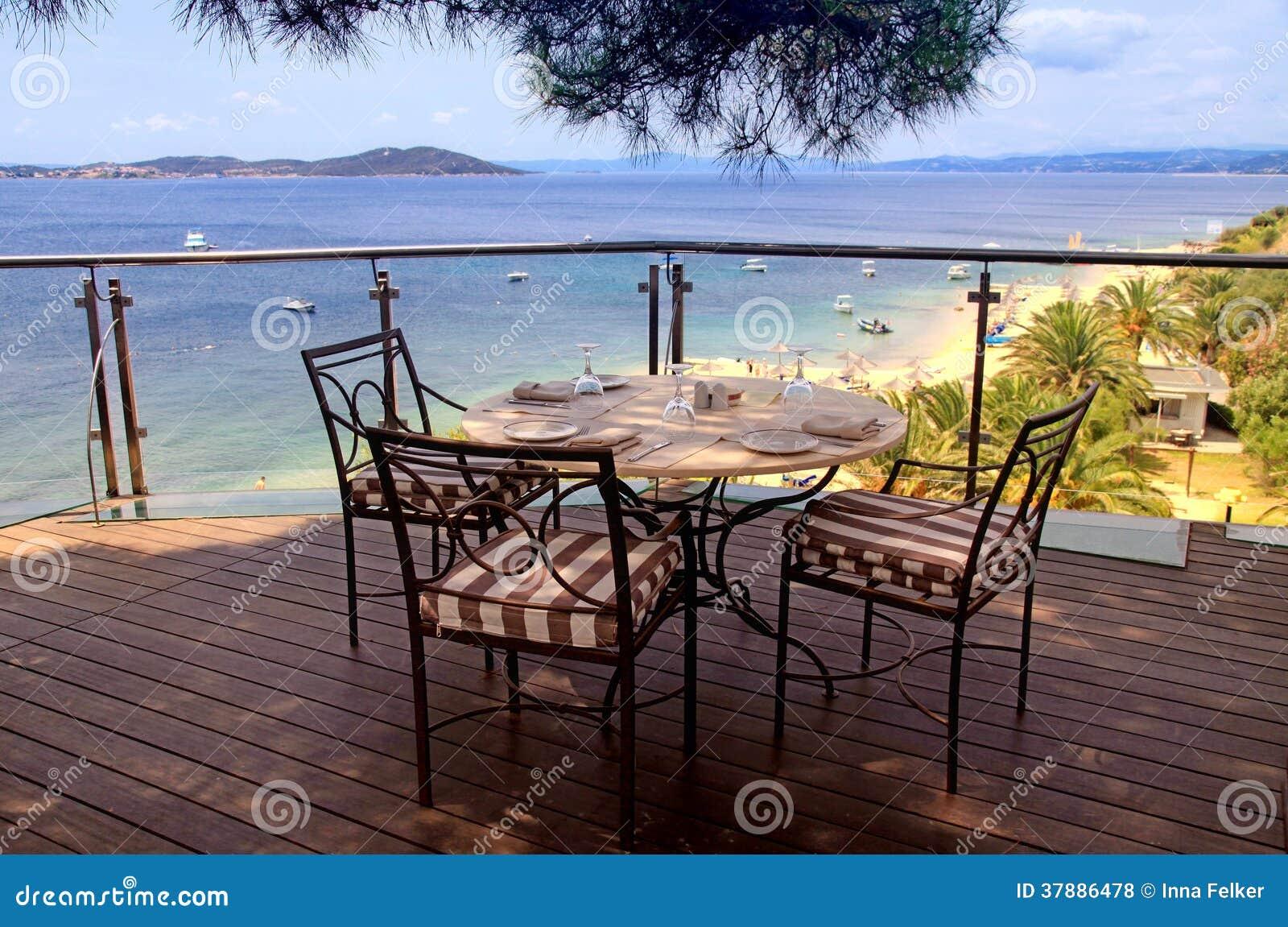 Nappe, chaises de fer et vue de mer, Grèce.