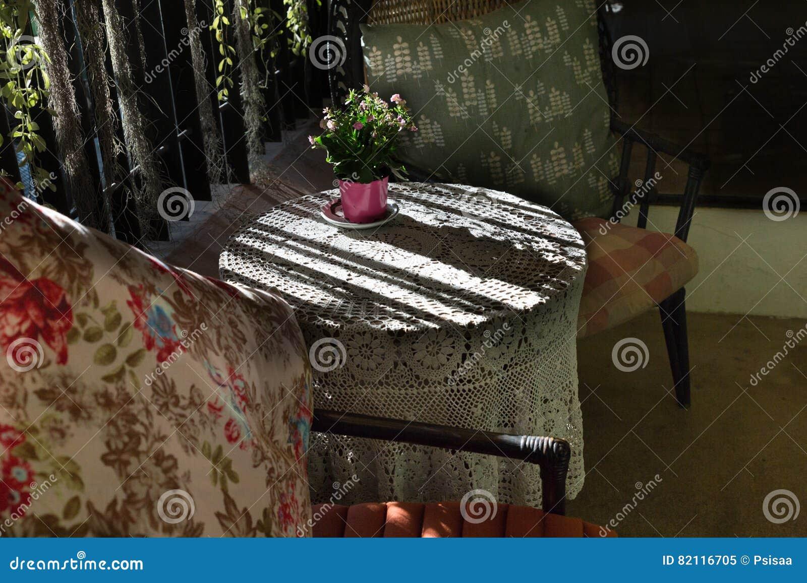 Nappe Tricotée Sur La Table, Le Coussin Et L\'oreiller Sur La Chaise ...
