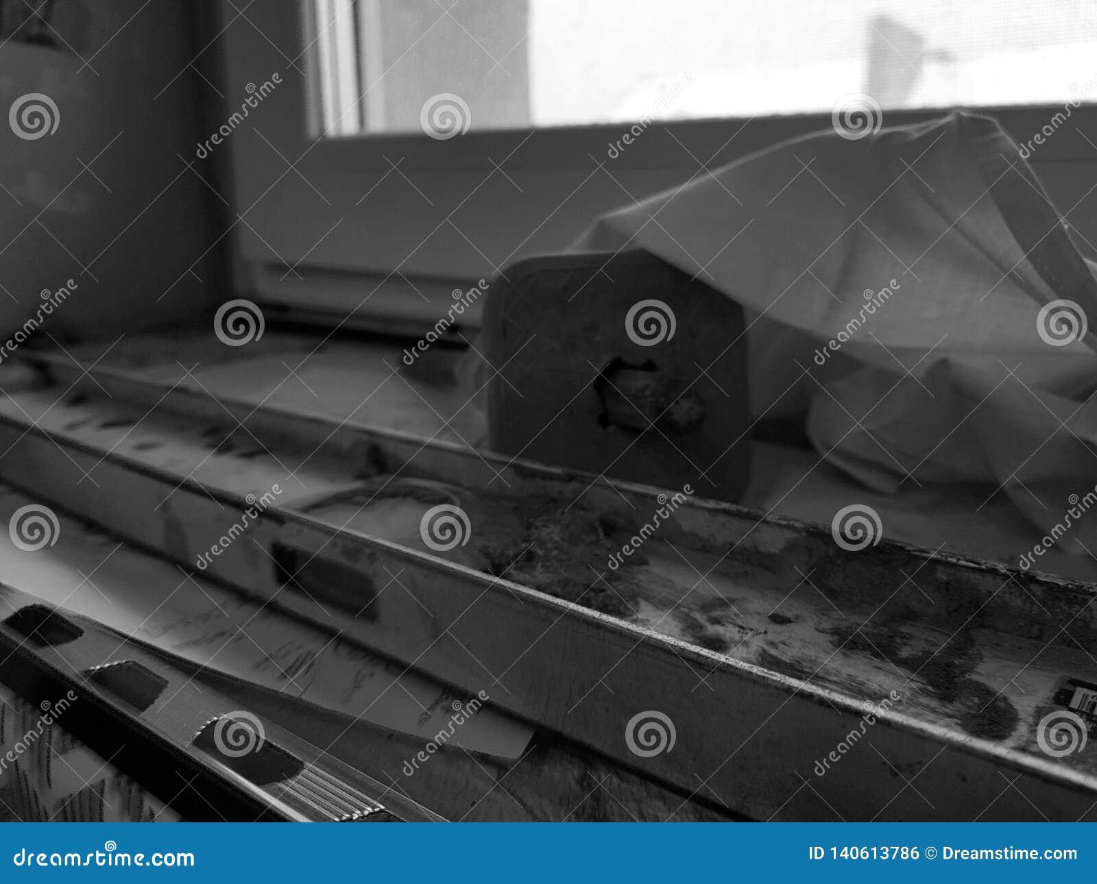 Naprawa - budynek z narzędziami i młotem, ścinak, budynek równy
