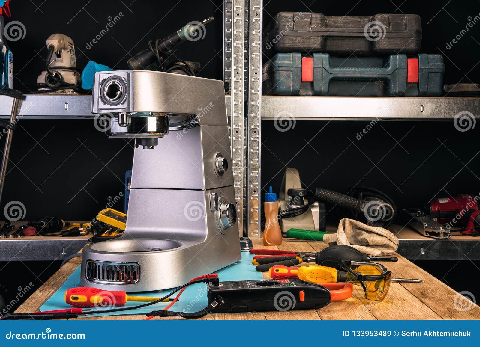 Naprawa domowi urządzenia w usługowym centrum