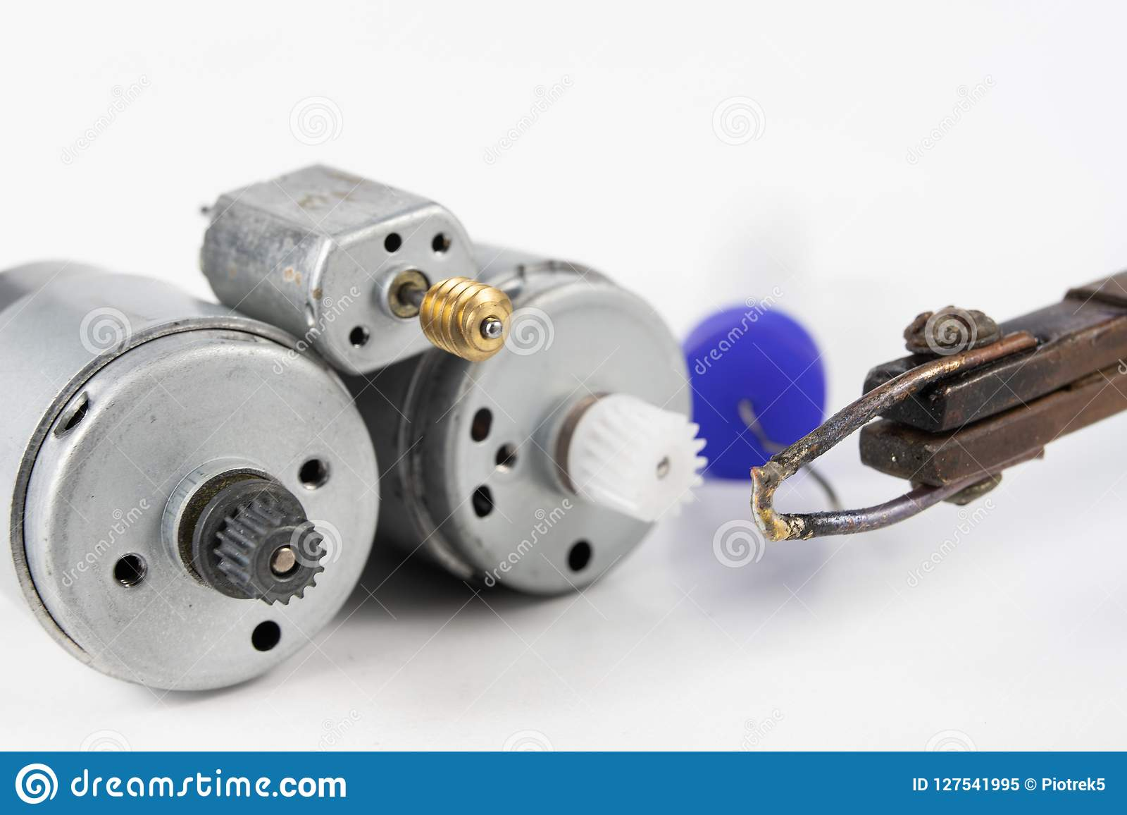 Naprawa mały elektryczny silnik Prosta lutowanie praca w e