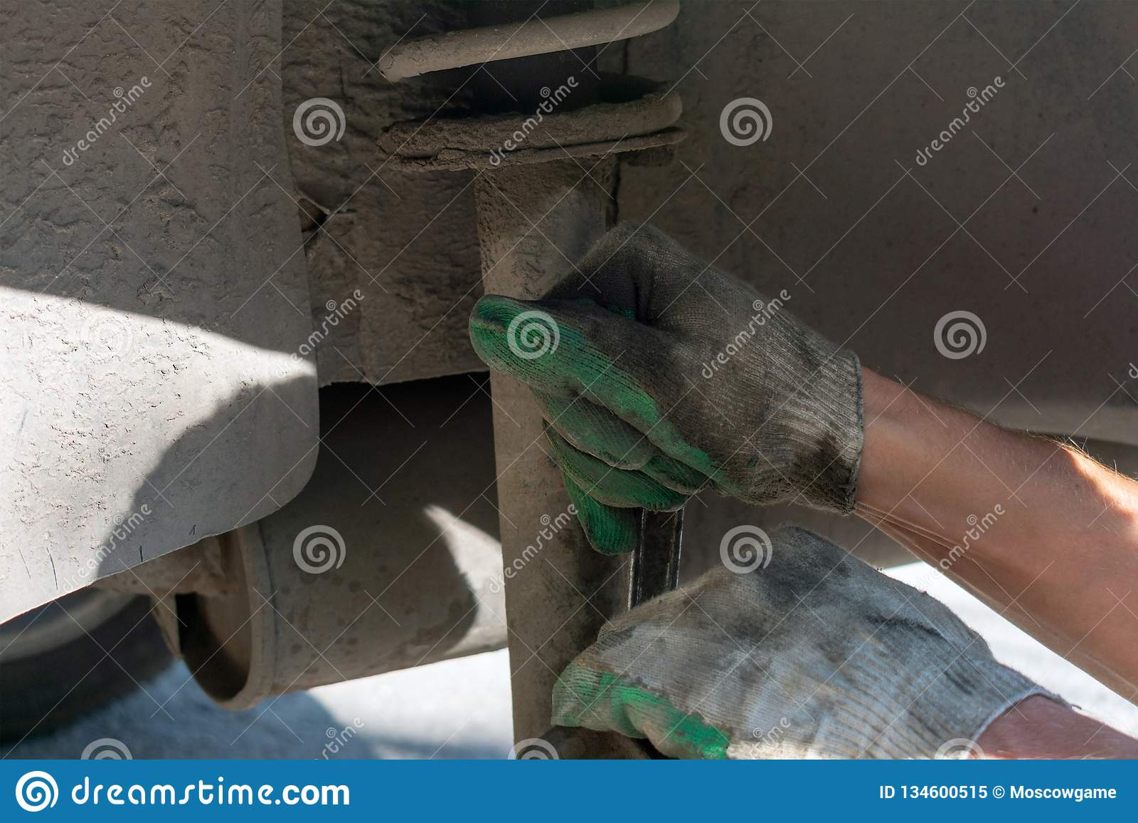 Naprawa samochodowy zawieszenie gloved ręka Zamieniać szoka absorberu dumnego kroka