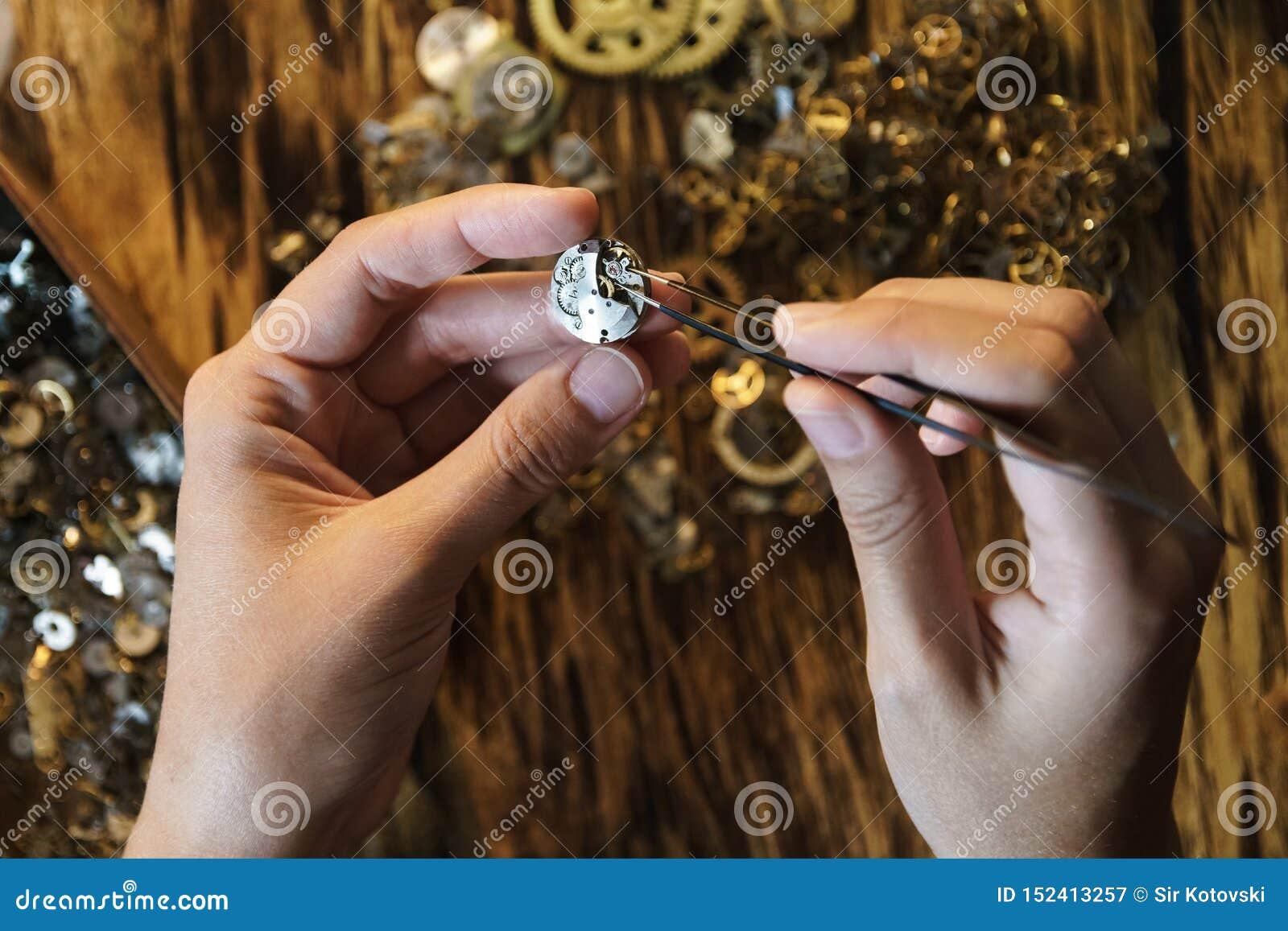 Naprawianie rocznika zegarków krótkopęd zamknięty w górę