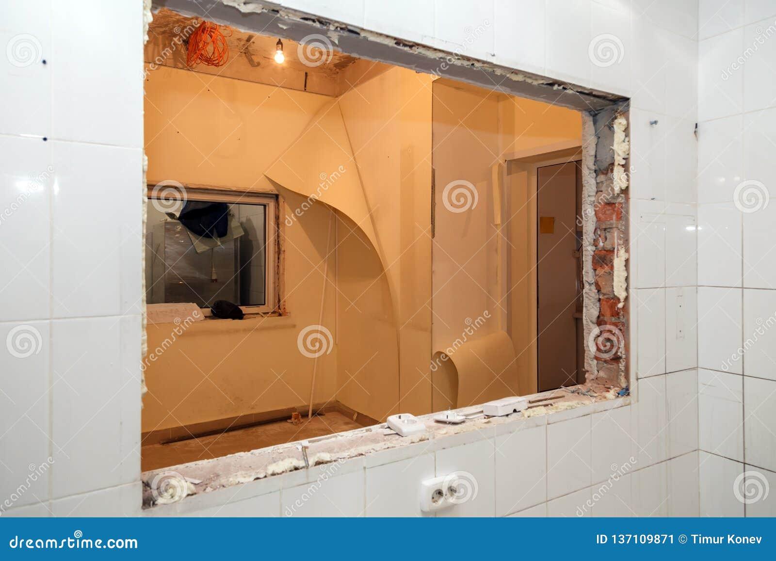 Naprawy i zastępstwa okno w budynku biurowym, zniszczeni nadokienni rozdziały cegły, płytki Pojęcie budowy drużyna,