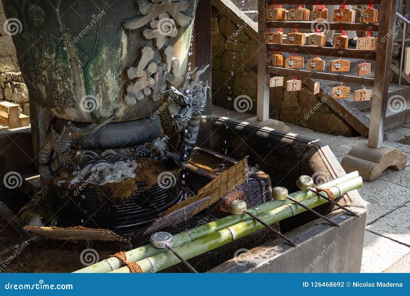 NARA, GIAPPONE - 30 GENNAIO 2018: Fontana del drago per il rito di depurazione delle acque di Chozuya in tempio di Osaka