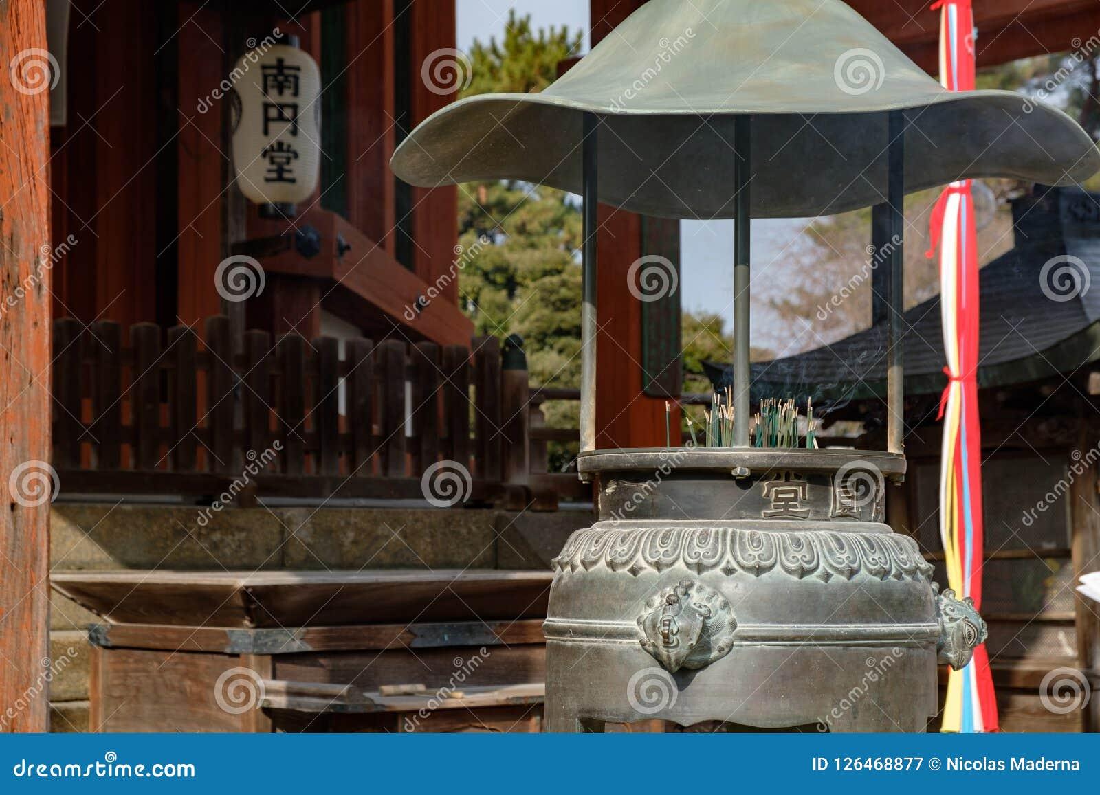 NARA, JAPÃO - 30 DE JANEIRO DE 2018: Suporte de incenso japonês do templo no templo de Nara