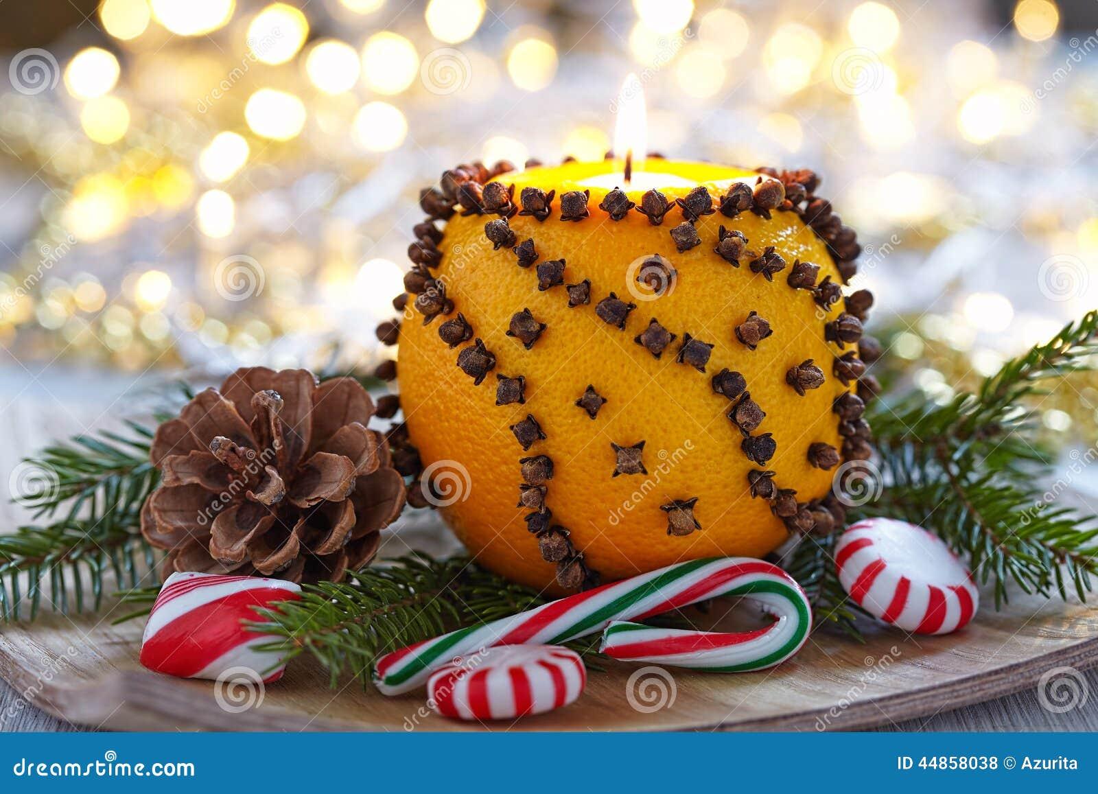 Naranja aromática de la Navidad con la vela