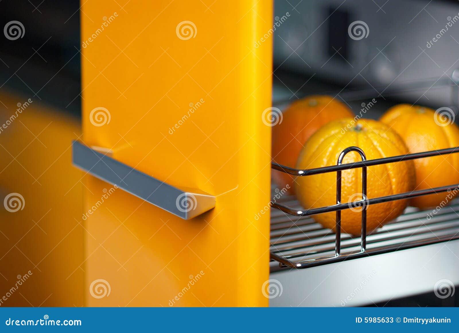 Naranja en cocina en refrigerador imagen de archivo for Cocina y refrigerador juntos