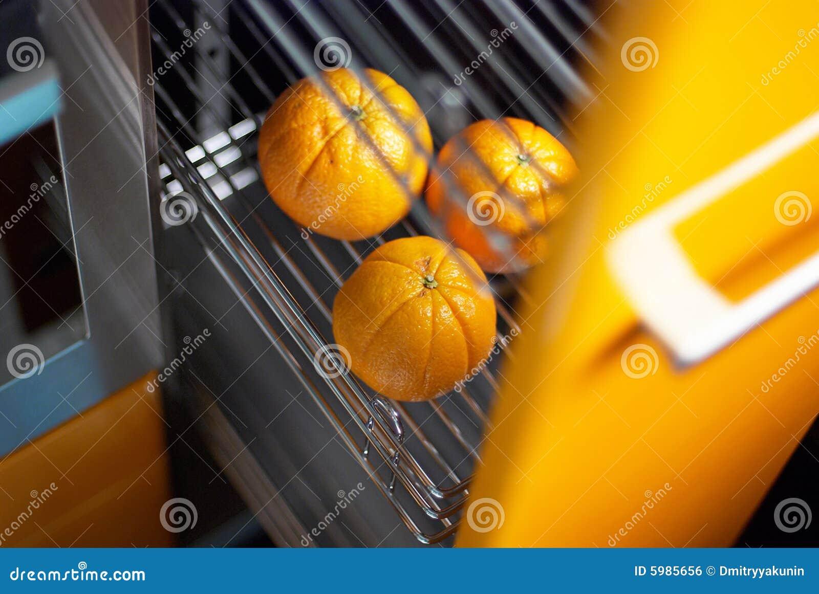 Naranja en cocina en refrigerador imagen de archivo libre for Cocina y refrigerador juntos