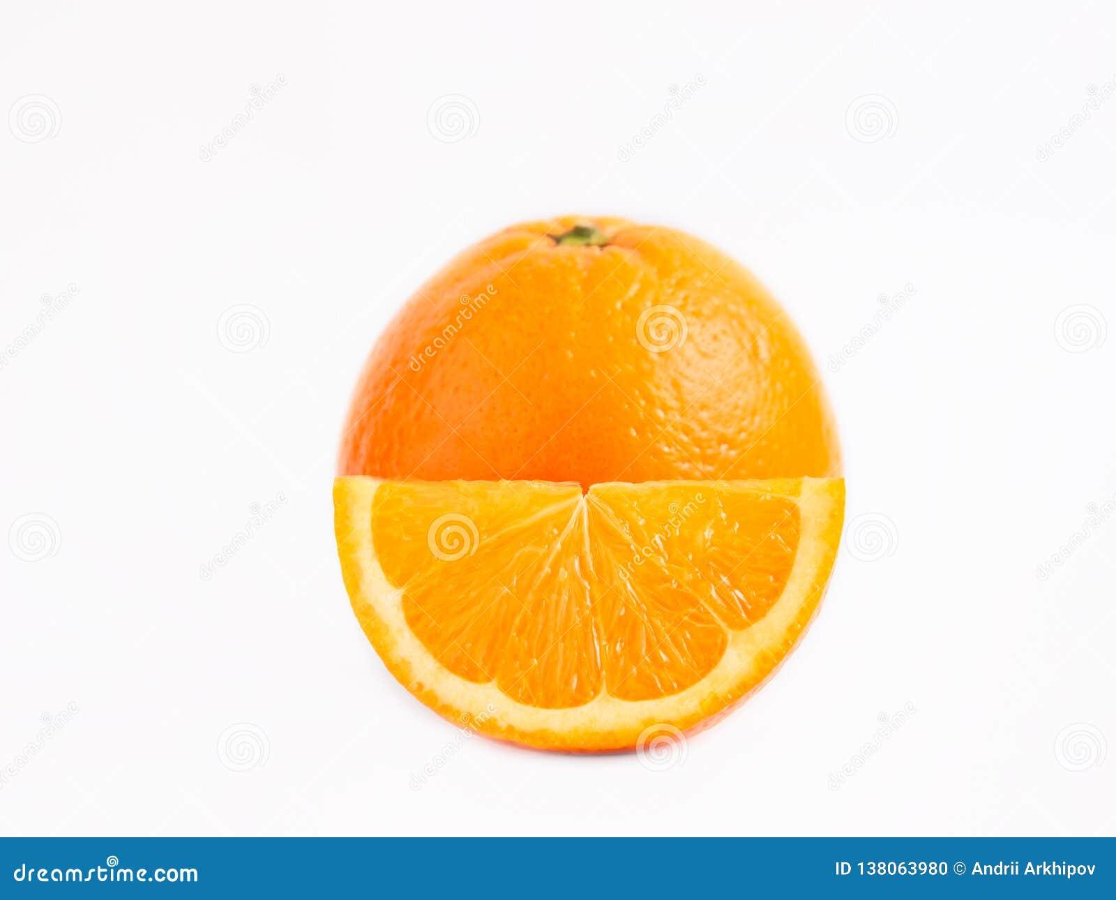 Naranja fresca jugosa delante de él una rebanada de naranja