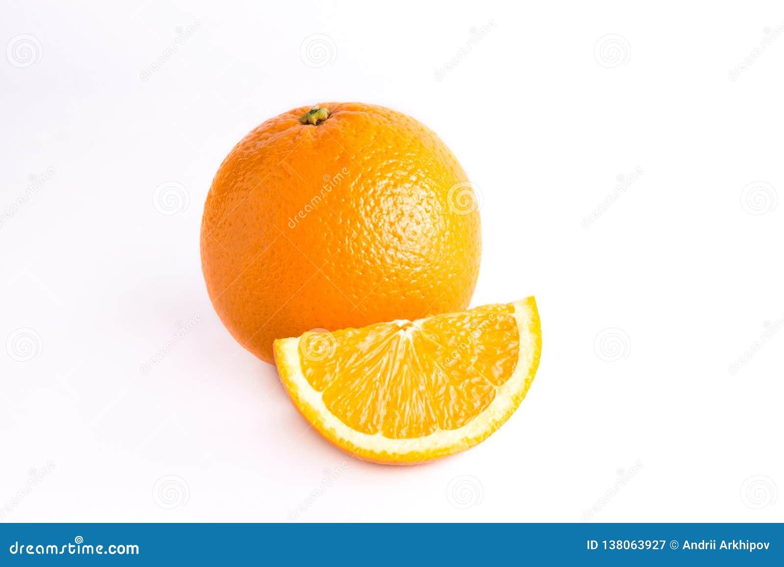 Naranja fresca jugosa y una rebanada anaranjada