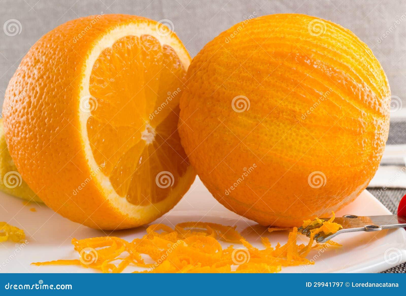 Anaranjado rasguñada y ligeramente rizos de la cáscara de naranja en la placa blanca