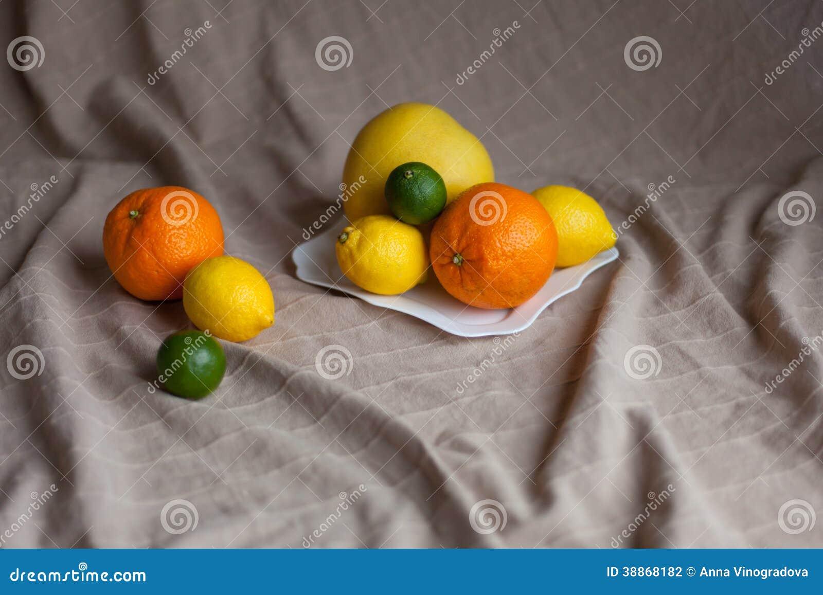 Naranja un limón una cal en una tabla