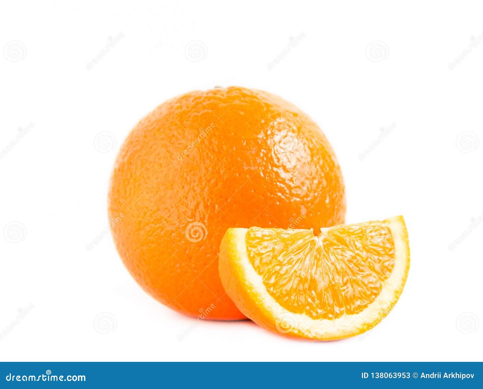 Naranja y un lóbulo aislados en el fondo blanco Foto cercana