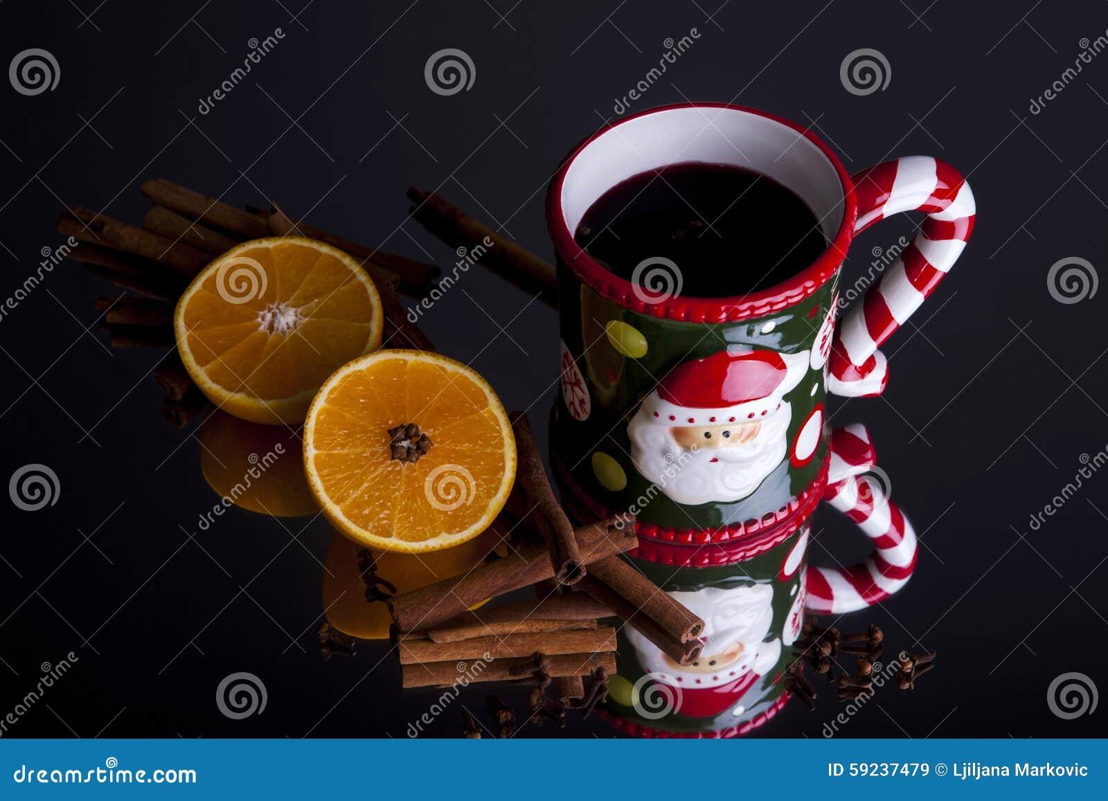 Naranjas del vino y palillos de canela reflexionados sobre