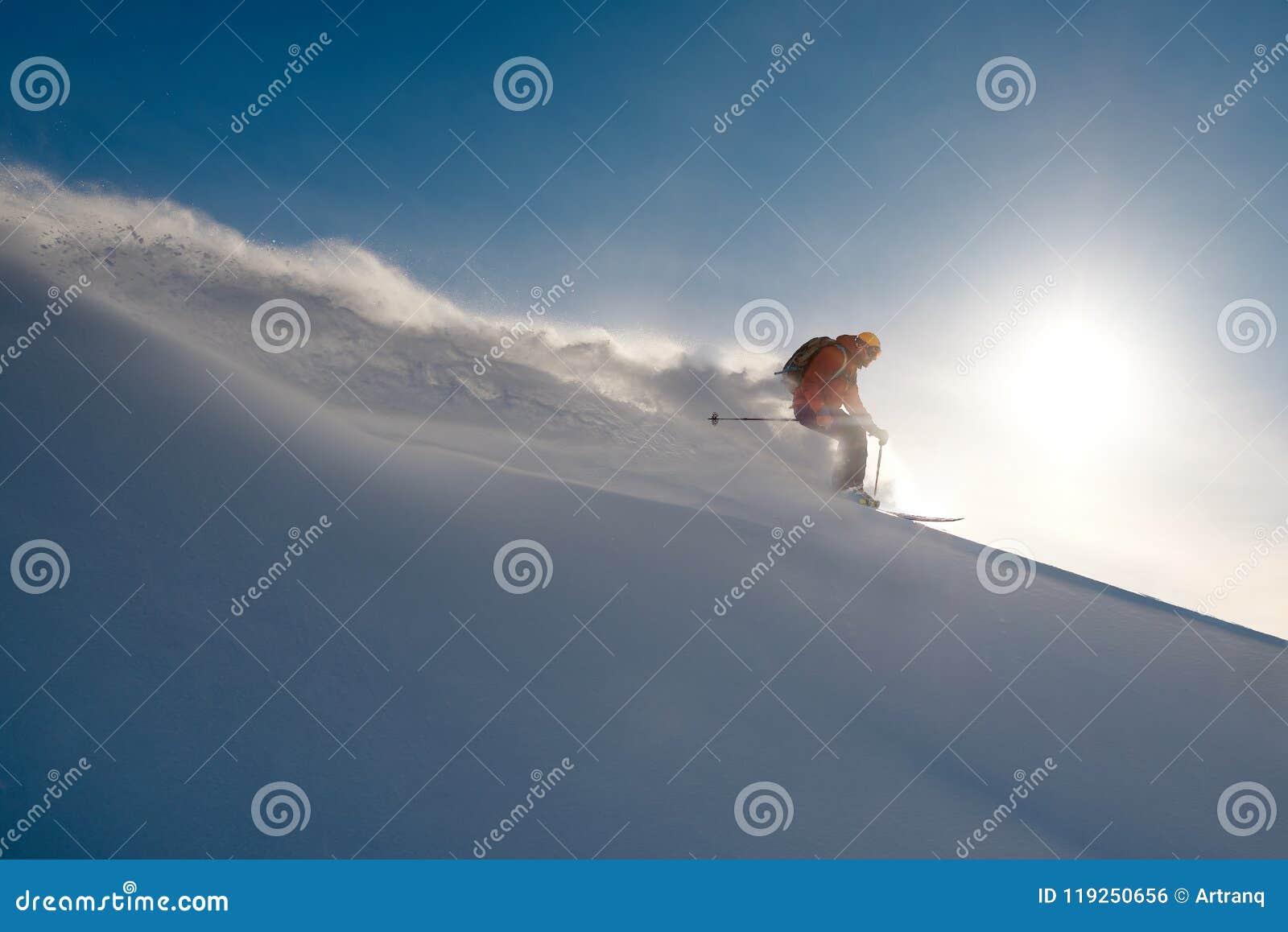 Narciarek przejażdżek freeride na proszku śnieżna opuszcza fala