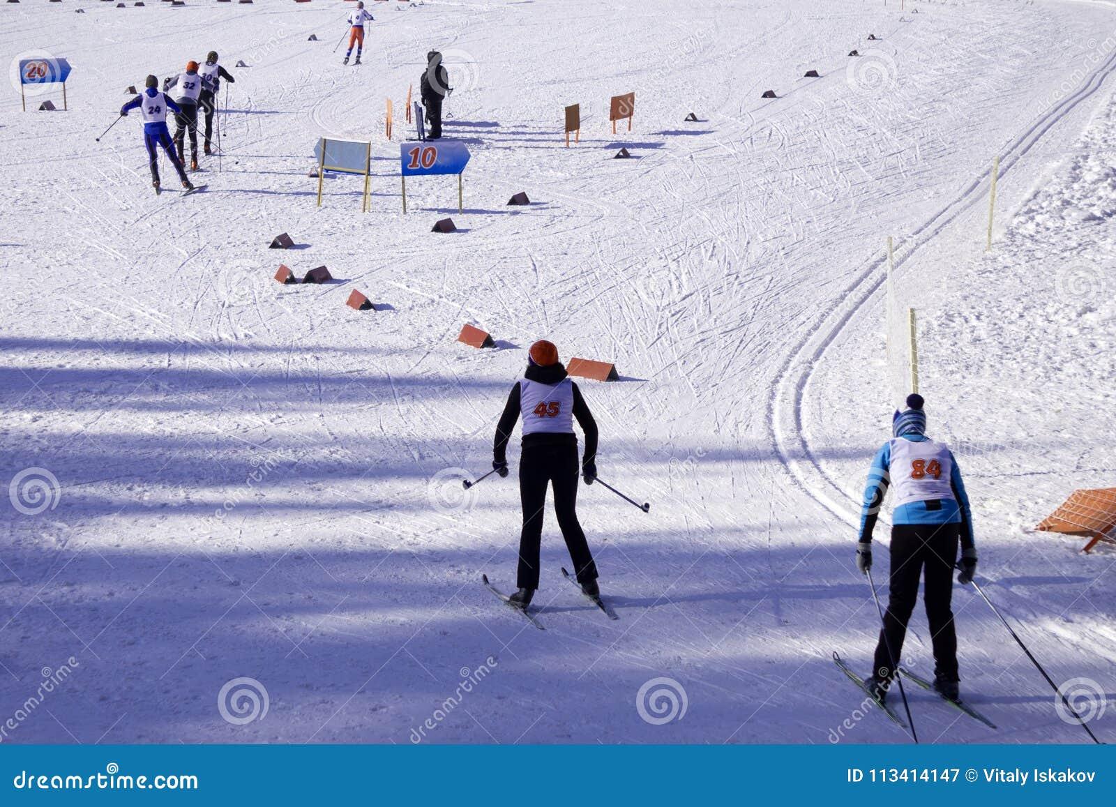 Narciarki krzyżują narciarskiego skłon przed początkiem
