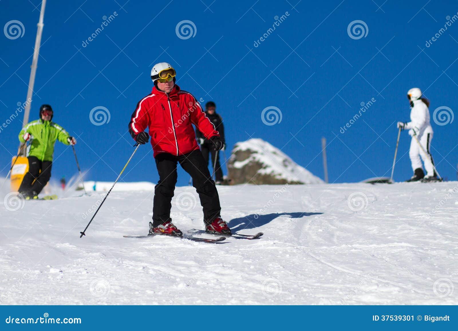 Narciarki na narciarskim skłonie