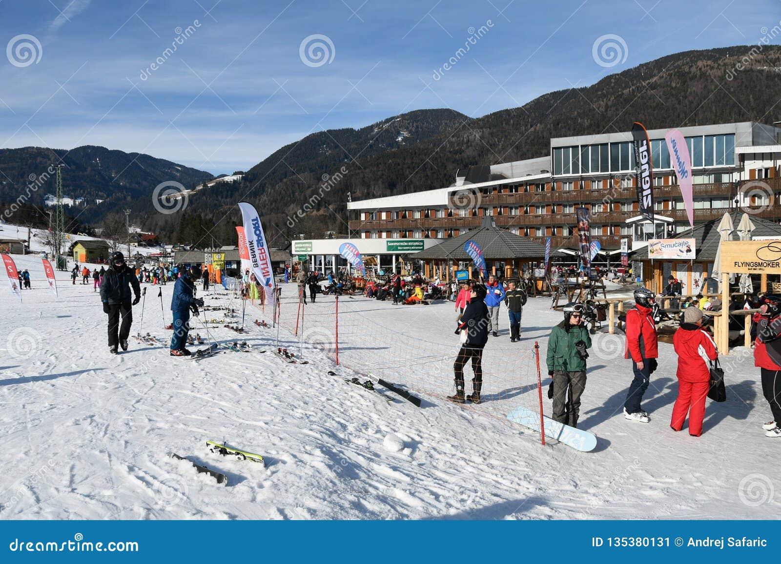 Narciarki przed hotelem na narciarskim piste w Kranjska gora, Slovenia