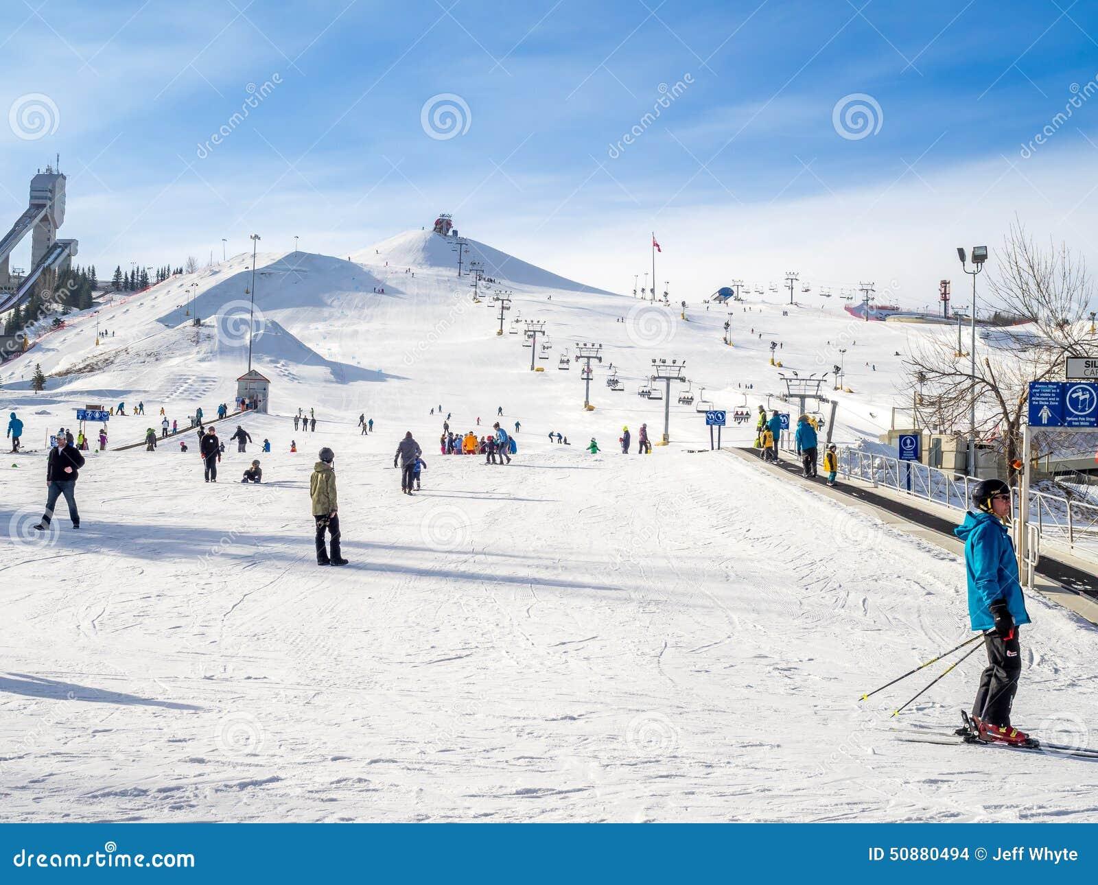 Calgary kanada, mar, - 1: ludzie cieszy się narciarstwo przy kanada