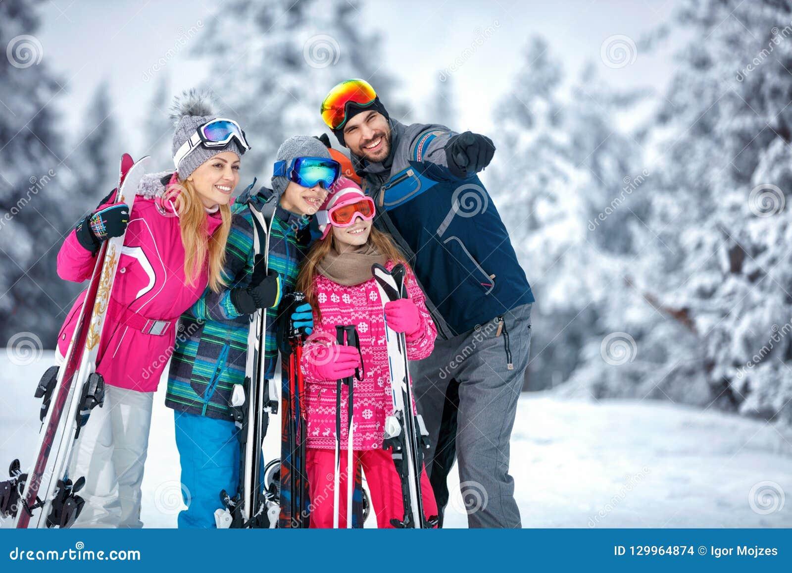 Narciarstwo, zima, śnieg, słońce i zabawa, - rodzinny cieszy się wakacyjny vaca
