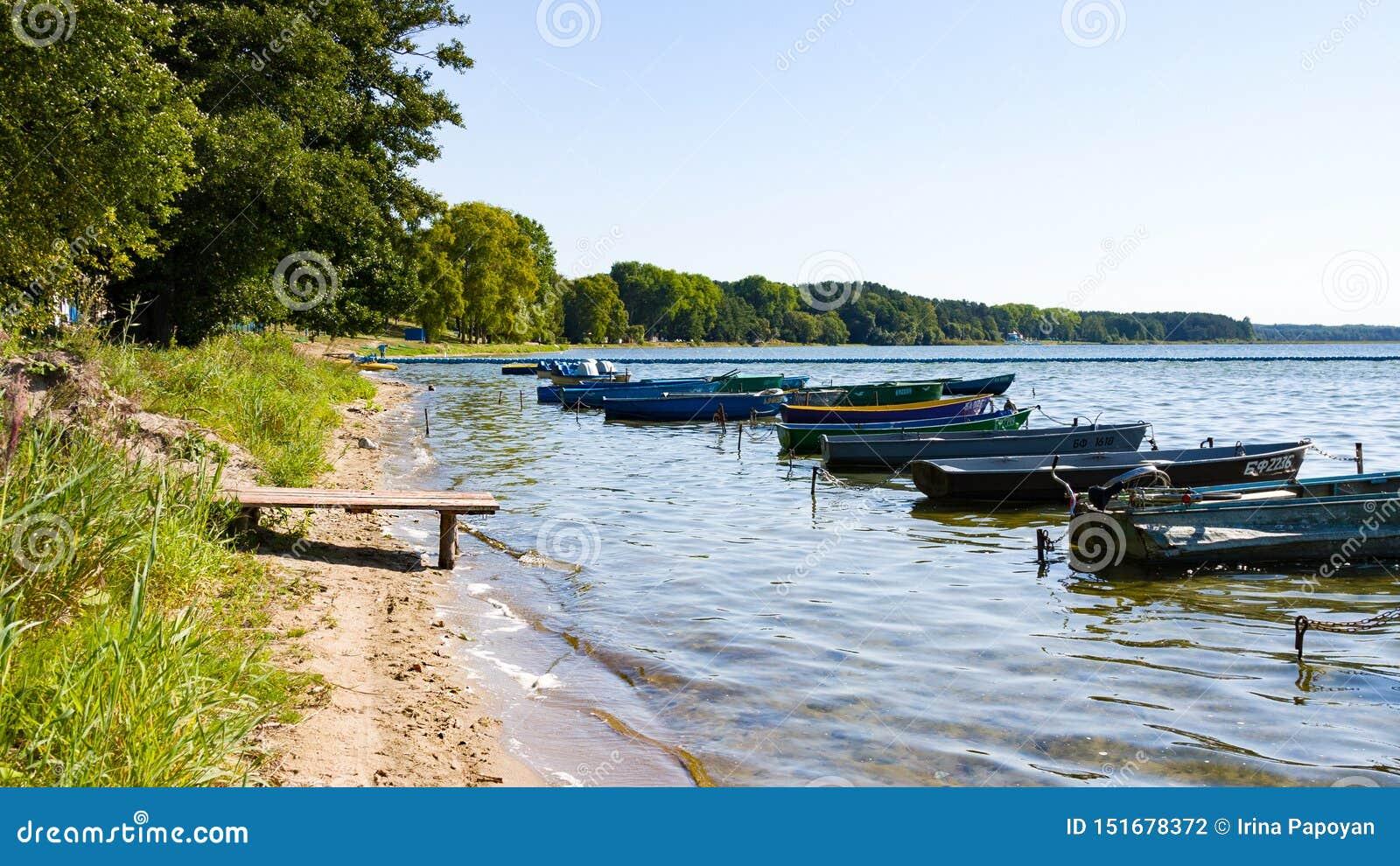 Naroch,白俄罗斯- 2018年8月23日:五颜六色的小船在夏天,Naroch-最大的湖