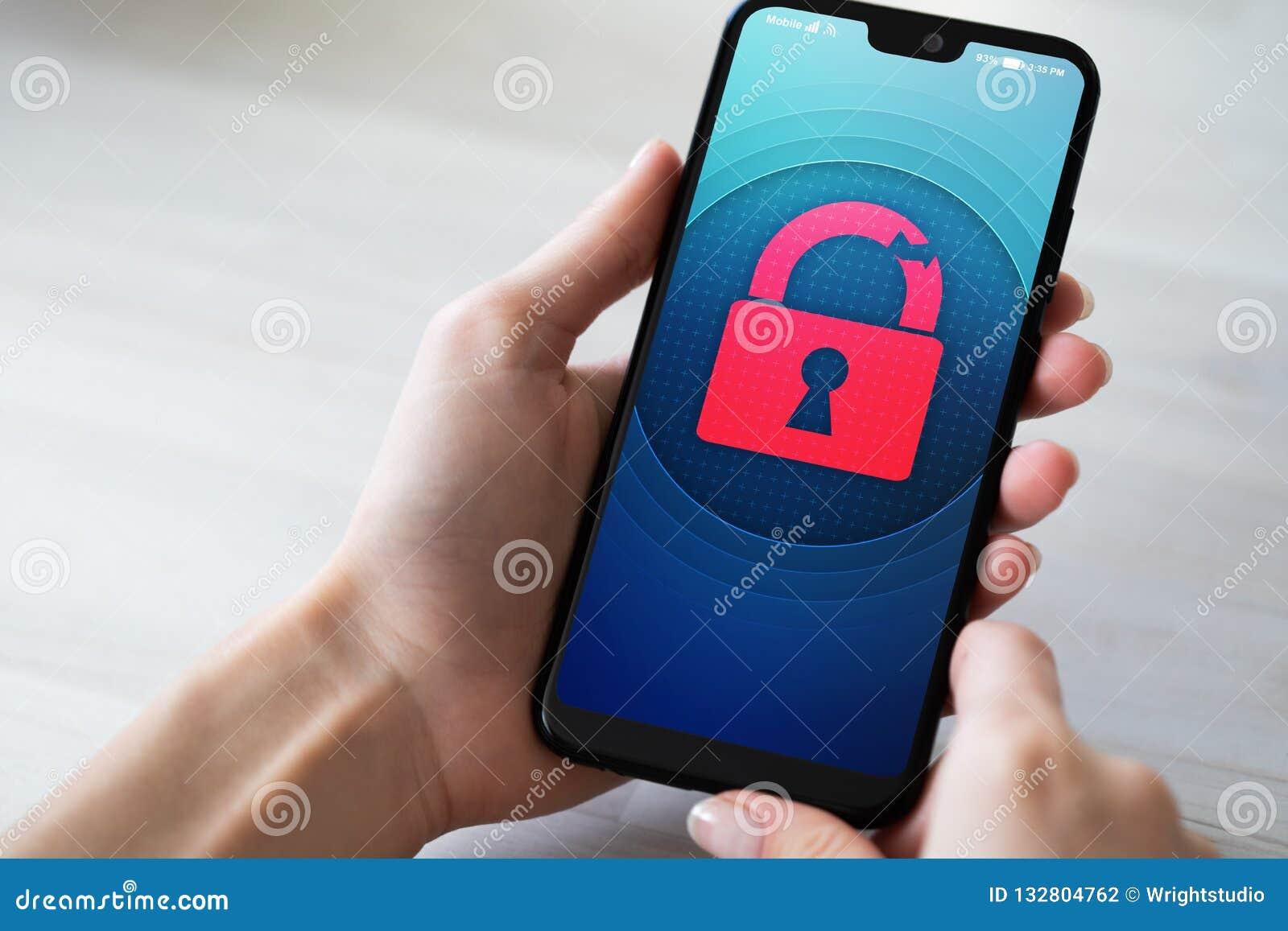 Naruszenie bezpieczeństwa otwiera kłódki ikonę na telefonu komórkowego ekranie Cyber ochrony pojęcie
