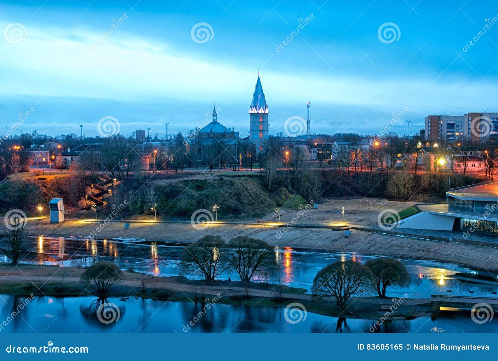 Narva estonia Stadsstrand och Alexander Lutheran Cathedral