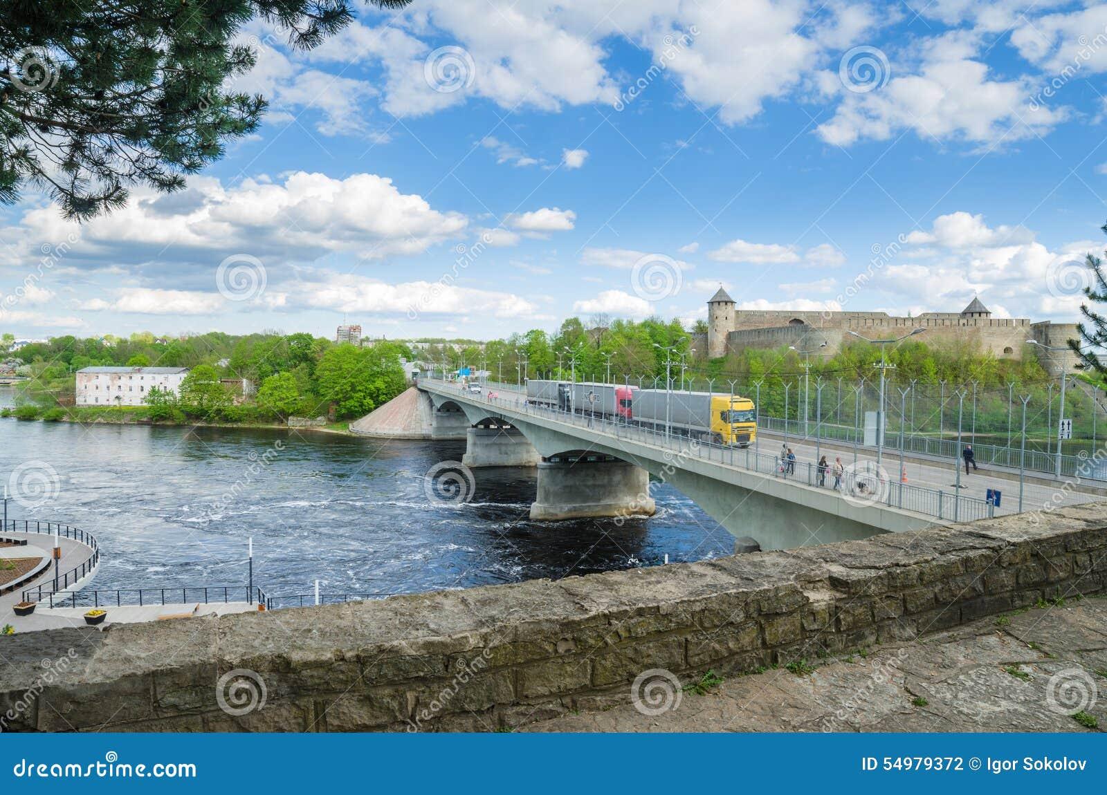 Narva flodinvallning och en härlig sikt av den Ivangorod fästningen och gränsen av Ryssland och den europeiska unionen
