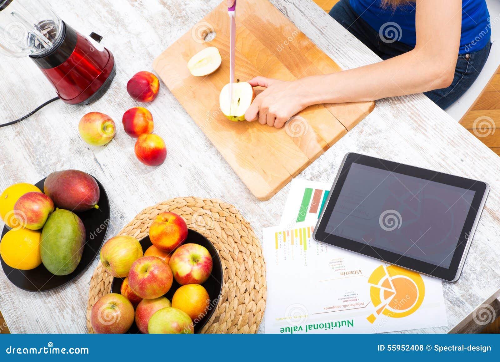 Narządzania smoothie podczas gdy dostawać online informację o nutrit